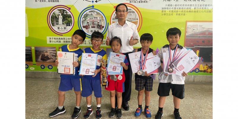 大橋國小學生自行對外比賽榮獲佳績,選手與賴銘傳校長合影。