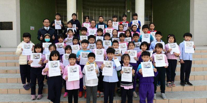 本校各班品德小天使得獎者與校長合影。