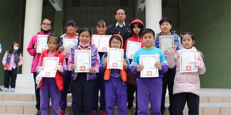 恭喜12月份榮譽狀得獎學生,與校長合影