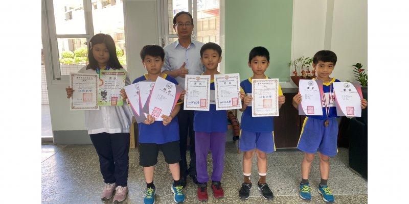 恭喜本校學生對外參加運動比賽獲得佳績,賴校長與小選手合影勉勵。